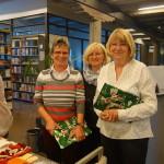 Birgit Buchholz (Mitte) dankt Ingrid Marten (li.) und Dorita Reddemann