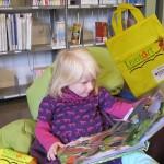 Leni freut sich über das Buchgeschenk aus einem Lesestart-Set