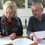 Landrätin Kerstin Weiss unterzeichnet im Beisein von Erich Reppenhagen weitere elf Anträge an den Bund für den Breitbandausbau in Nordwestmecklenburg. Foto: LK NWM