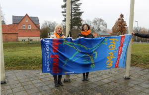Landrätin hisst Anti-Gewalt-Fahne an der Malzfabrik Grevesmühlen