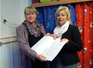Annett Pahl, amtierende Bürgermeisterin von Dassow, nimmt den Fördermittelbescheid von Landrätin Kerstin Weiss (r.) entgegen; Foto: LK NWM